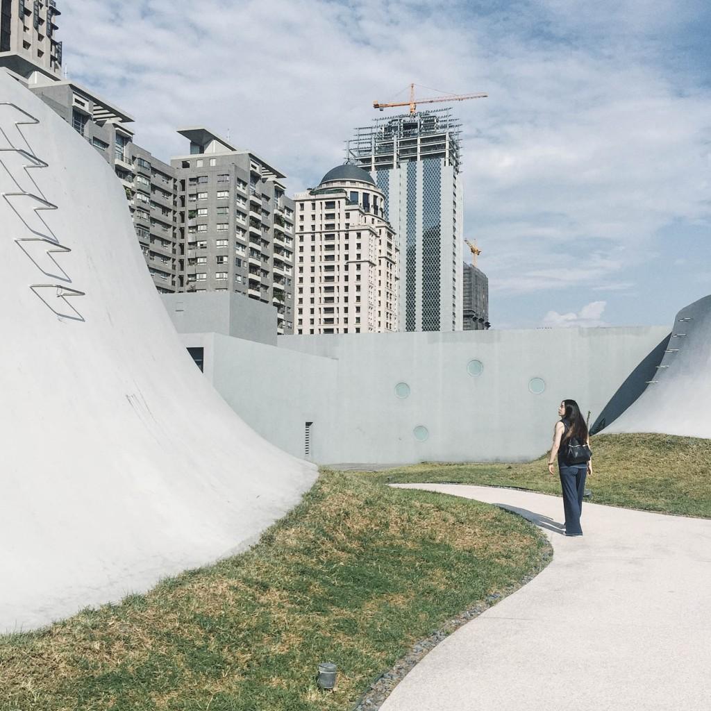 建築に圧倒! #台湾 の最新スポットは #台中国家歌劇院 ! 劇場以外にもカワイイお店いろいろ! ここで特別なおみやげ見つけるかも♡ #台湾旅行