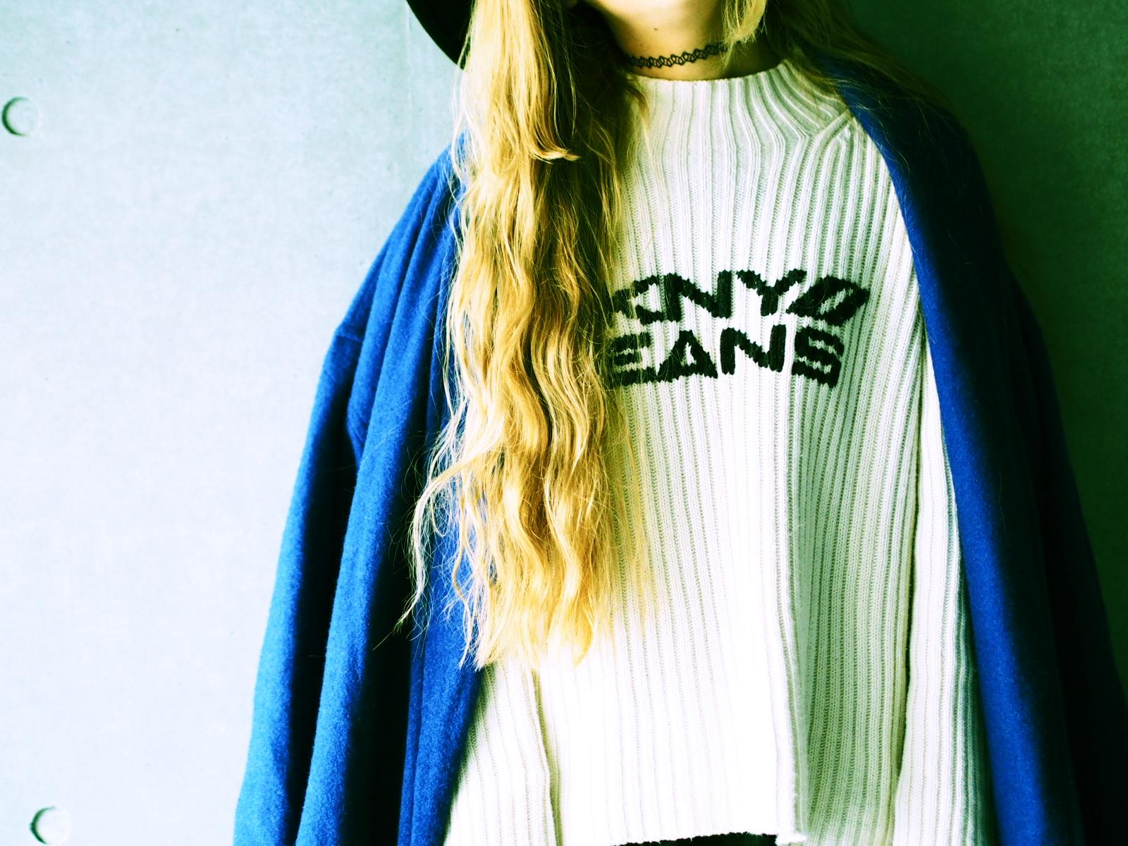 """""""DKNY JEANS""""のセーターにはブルーの差し色が気分! #OOTD"""