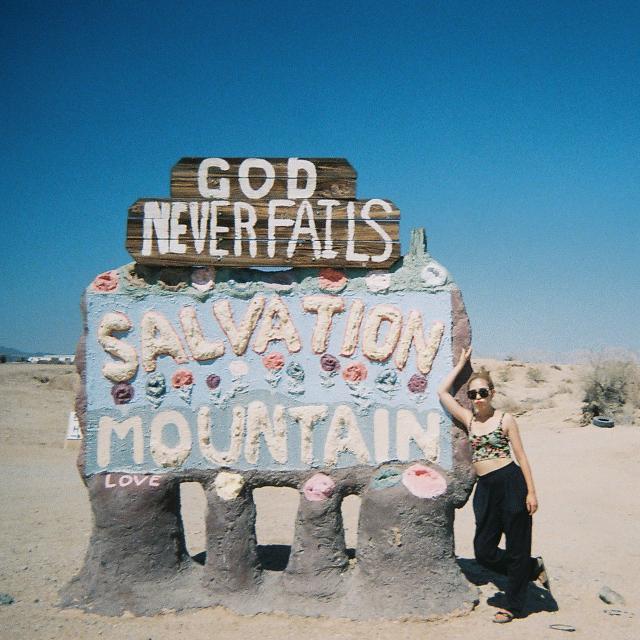 """#TRIP:今年のバケーションはどこへ行く? 砂漠のなかの異世界 """"SALVATION MOUNTAIN"""" の魅力"""