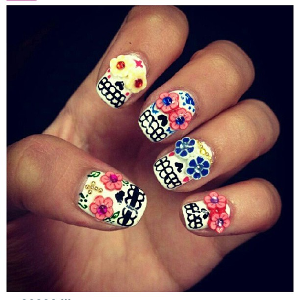 Ahhhh-I-want-so-bad-wahnails-skulls-candyskull-pretty-flowers-nails