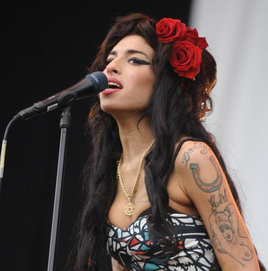 amy-winehouse-hairstyle-long-black