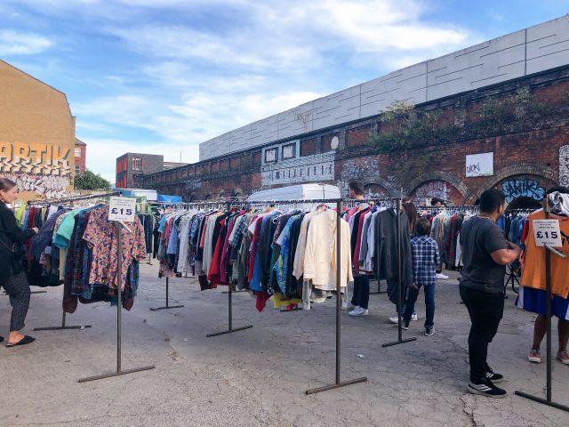 ロンドンの古着屋で有名なブリックレーンが3歩歩けば古着屋くらいの店舗の多さだった。