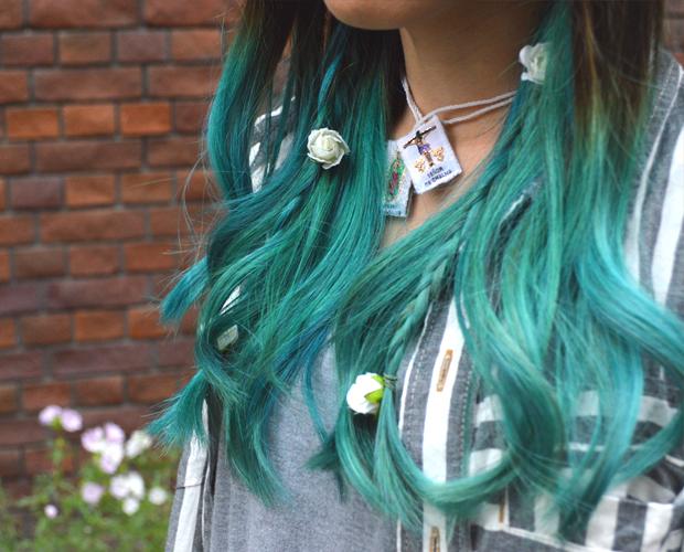 鮮やかカラーヘアとお花のコントラストがかわいい。Color Hair & Flower