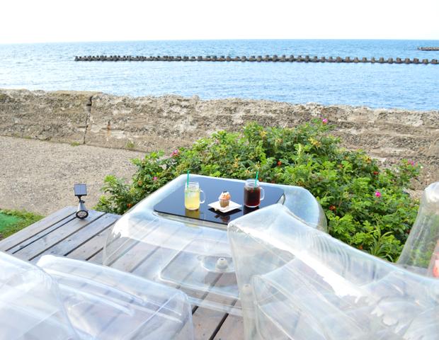 涼しげな透明家具が素敵な海カフェ #北海道小樽