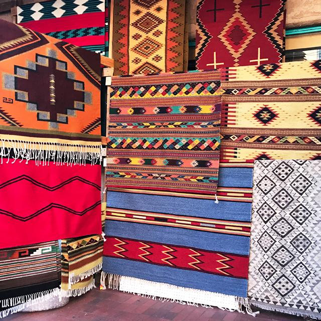 レンガ色アドビ建築とカラフルなネイティブ雑貨のコントラスト。アメリカ最古の街サンタフェ #Santafe #ネイティブアメリカン #ロードトリップ