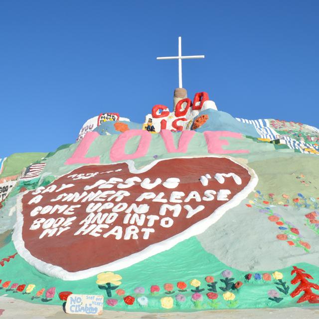 砂漠の中にLOVEが沢山溢れた場所。愛と初心を思い出させてくれたサルベーションマウンテン #Salvationmountain #ロードトリップ