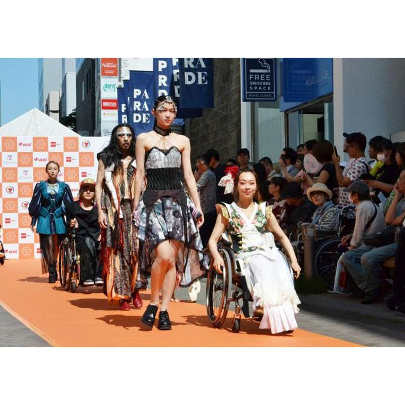 多様性を認め合う世界へ。それぞれ身体や動きが異なるモデル。札幌で行われたファッションショーが見せたダイバーシティ