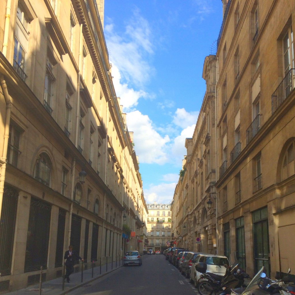 I'm in Paris! この夏飛行機にのる人は特に参考にして欲しいスウェットを取り入れた #OOTD ♥