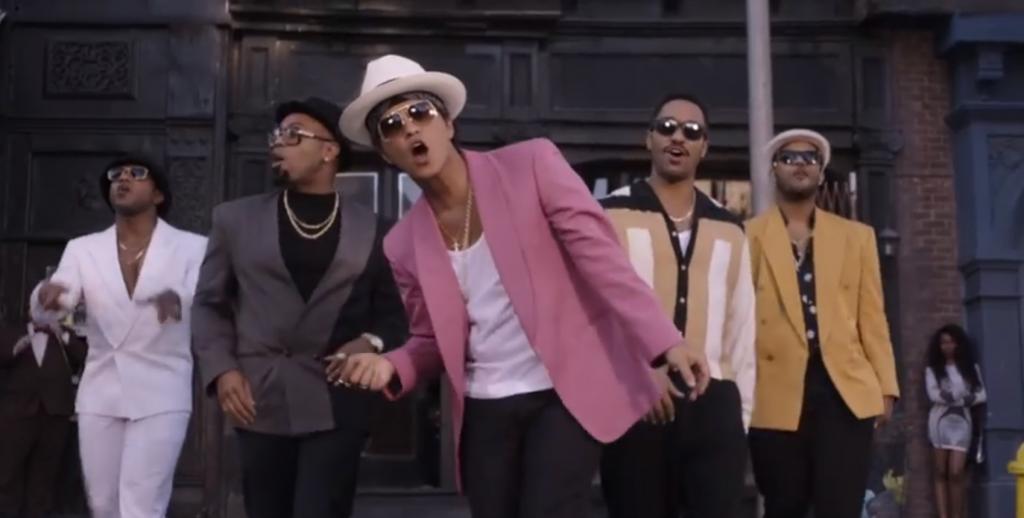 """ランニングマシーンに乗りながら #BRUNOMARS の """"UPTOWN FUNK""""で踊りまくる男性は必見!話題のタネにぜひ。 #DANCE"""