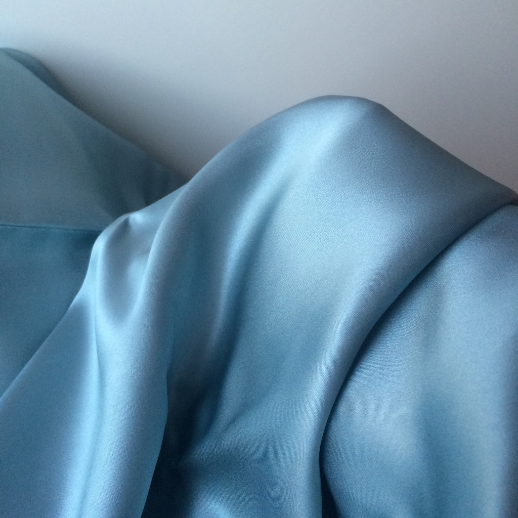 シルクの枕カバーで美髪&美肌をGETできるという噂を実際に検証してみた。 #BEAUTY