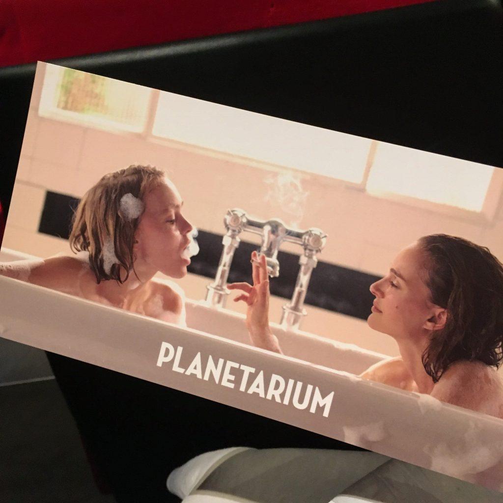 今秋1美しい秘密を持つ #映画 #プラネタリウム を実際に観たリアルな感想。この美人姉妹は「本物の #スピリチュアリスト か、世紀の詐欺師かー」 #notネタバレ