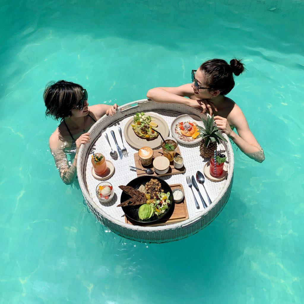 世界中の #instagramer が注目するアクティビティ、 #FloatingBreakfast を実際に体験して 一生分映えてきた!  #BALI