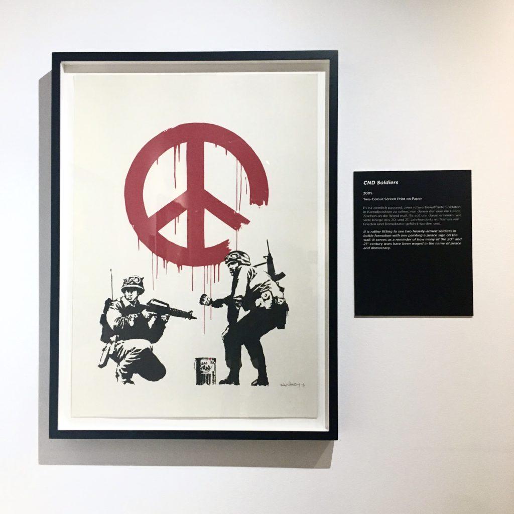 大事な感覚を思い出させてくれたので、やっぱり書きます。風刺× #STREETART の帝王 #BANKSY の個展で、生で彼の作品を体感した時のこと。 #2018 #Berlin