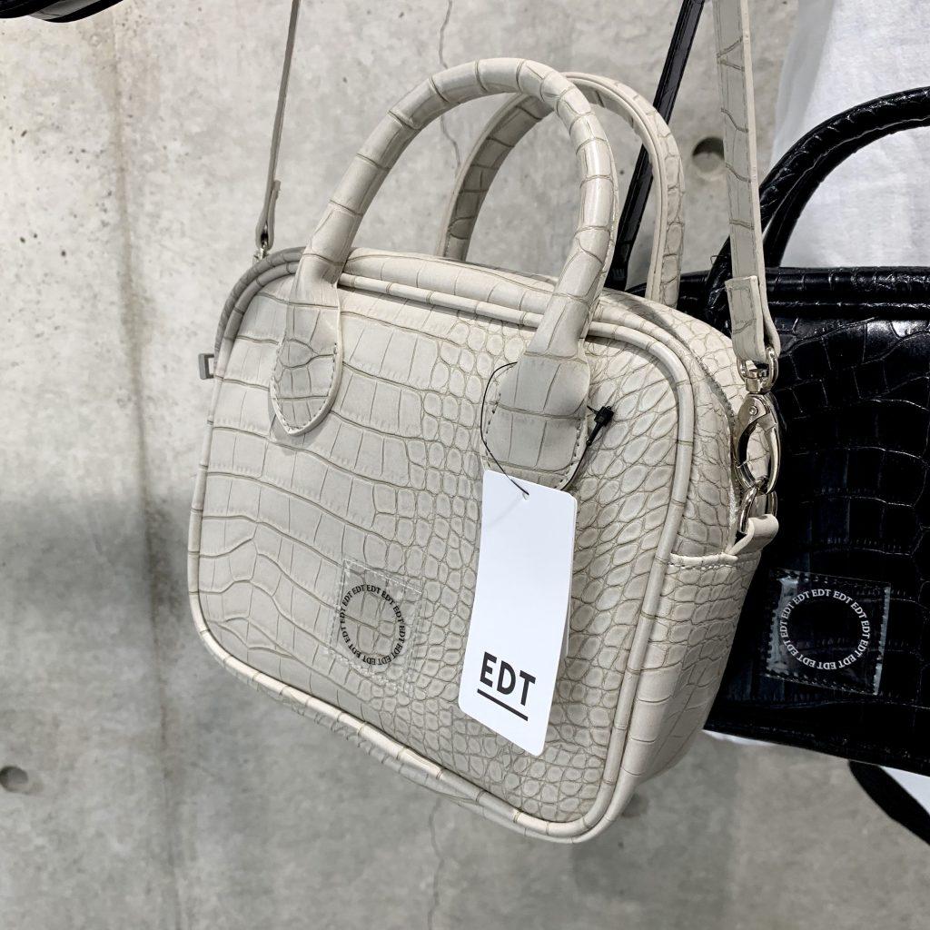 季節問わず、万能に使えること確信。 #EDT で真っ白の #クロコ風 ショルダーバッグをGET♡ #VEGANLETHER