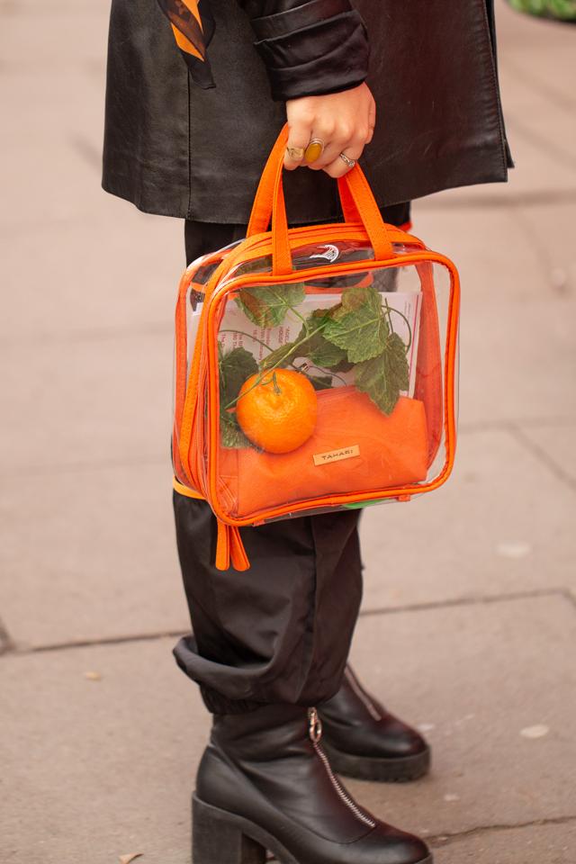 ビタミンカラー×PVC素材のコンビネーションはキャッチーなニュアンスをプラスしてくれる。春夏のブラックコーデは重たくなりがちだけど、このバッグを取り入れるだけで抜け感が出て軽やかに。