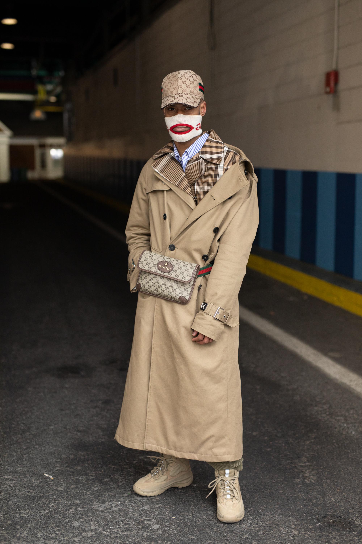 オーバーサイズのトレンチコートをガウンのように着こなしつつ、肩を外してラフな抜け感をプラス。普遍邸なアイテムであるトレンチコートはボーダーとチェックの柄×柄の個性的なスタイルにも合わせやすい。