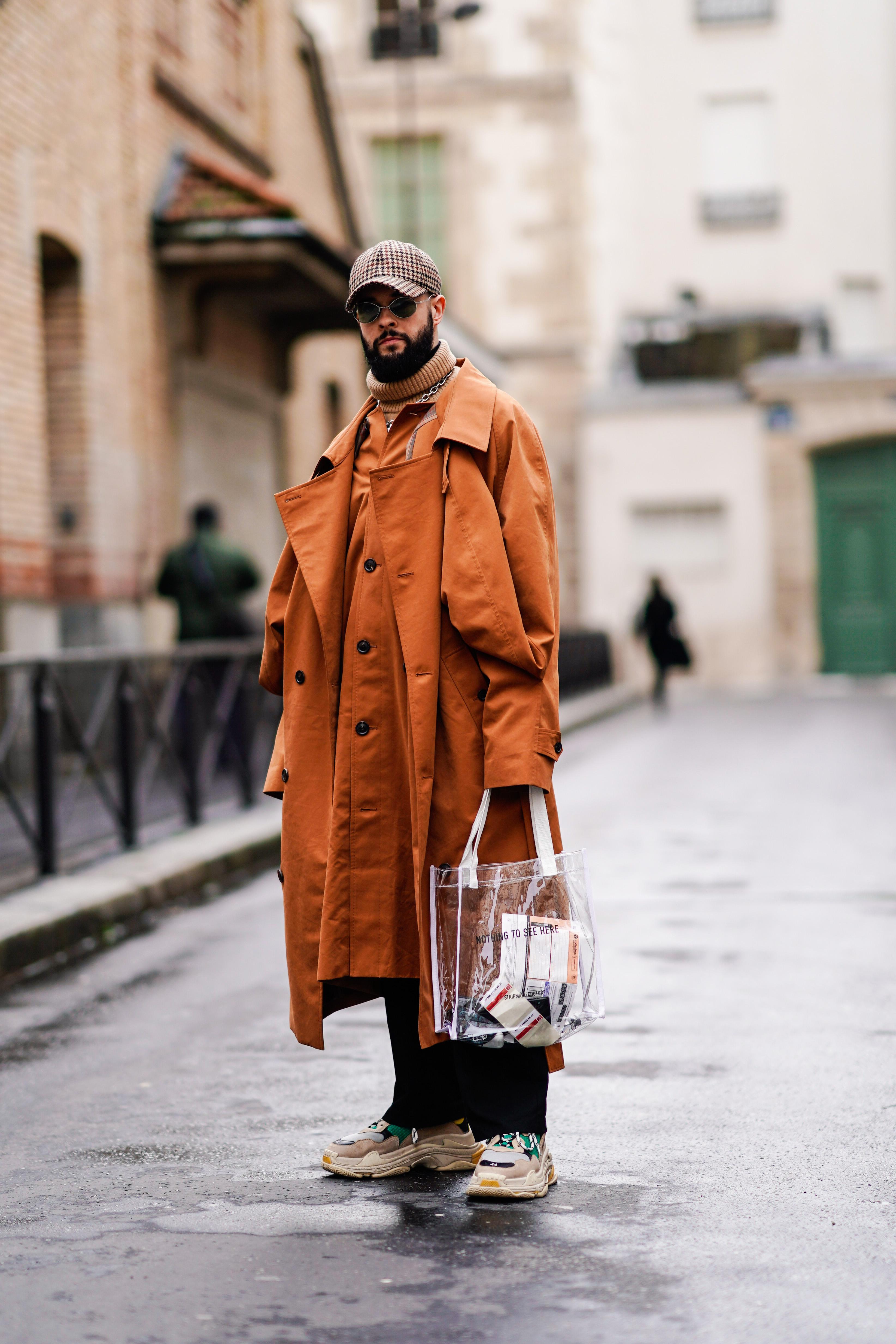 あらかじめくっついているようなデザイン性あるトレンチコートがとてもユニーク。ブラウンオレンジのカラーリングと相まって存在感があるから、PVC素材のバッグで軽やかさを演出して。
