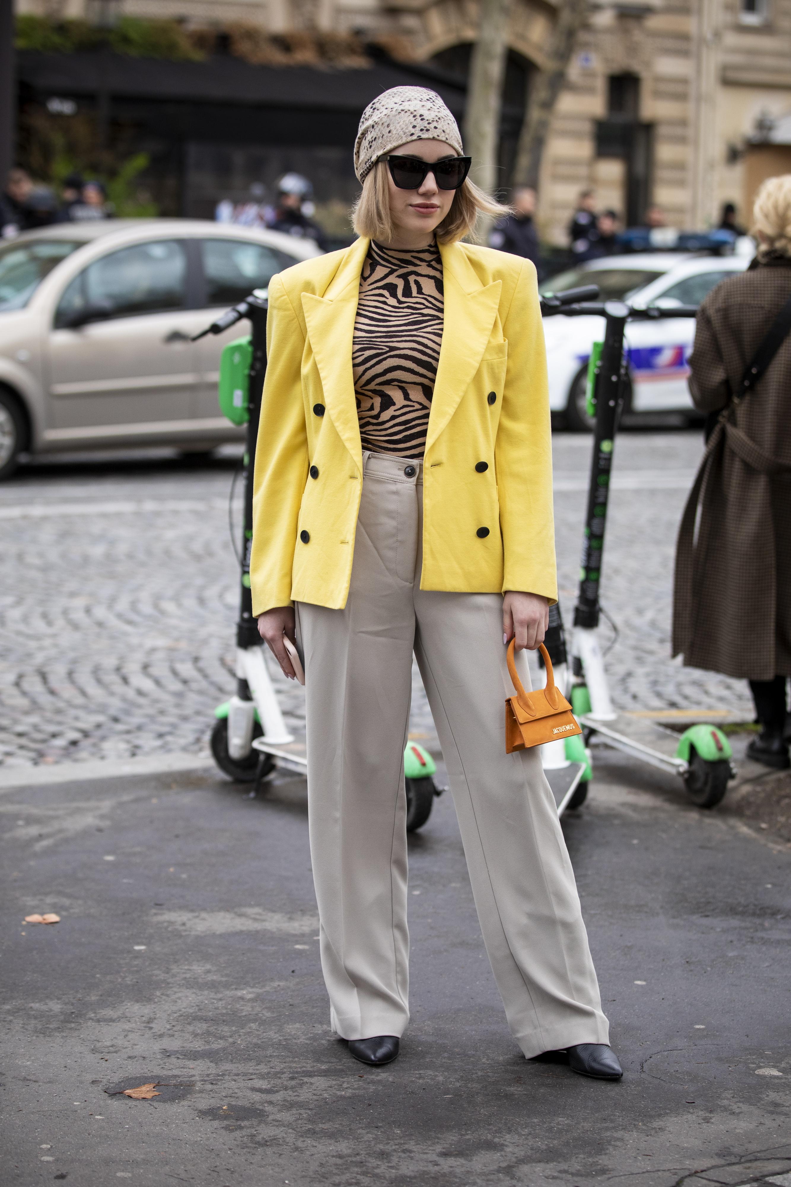 オーバーショルダーの80'sのジャケットスタイルのインナーにはボディペイントしたようなゼブラ柄のトップスを。コンサバティブなボトムとのミックス感を楽しんで。極小バッグも今のトレンドにフィット。