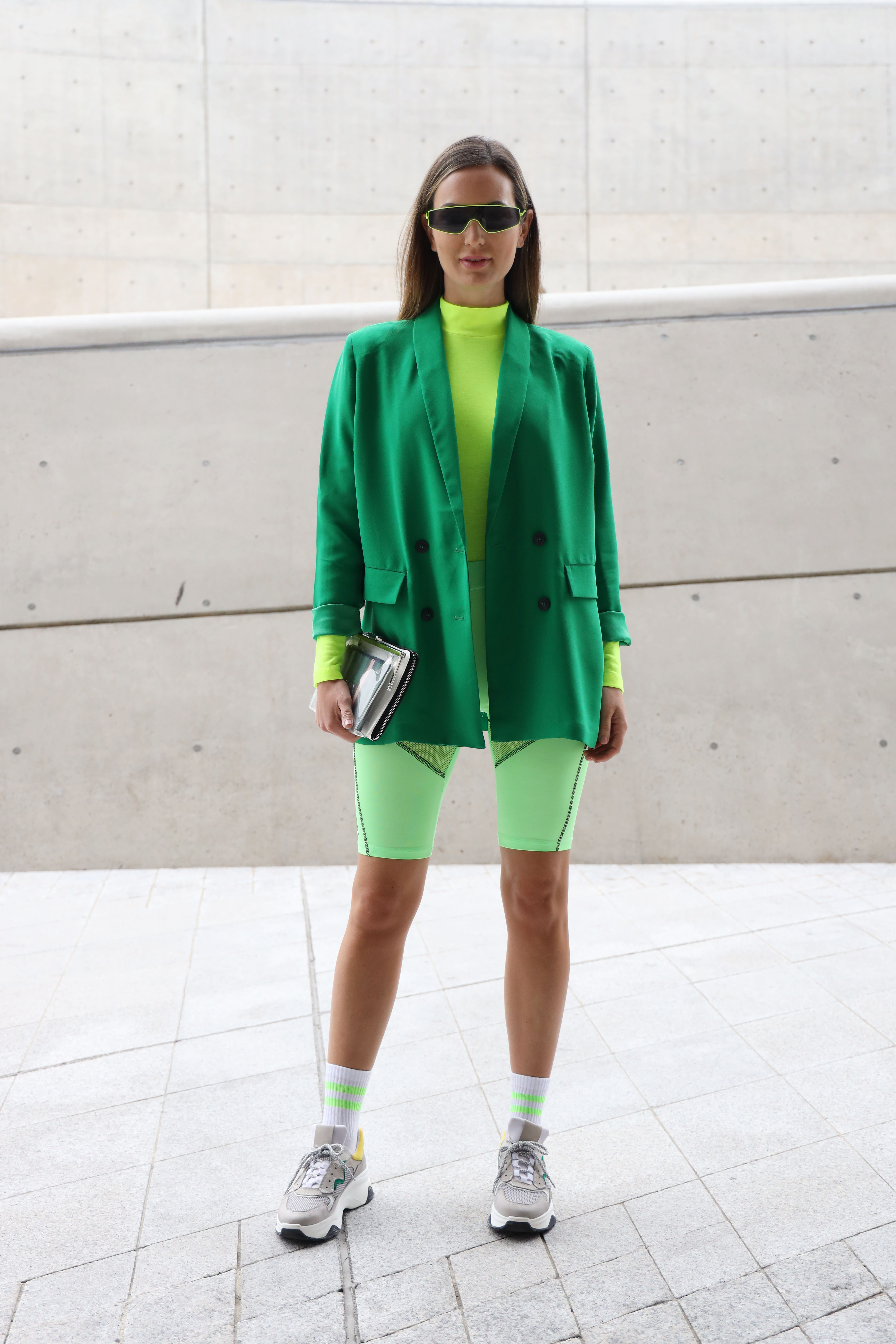 トレンドカラーのひとつ、グリーンのワントーンスタイルは新鮮! ネオン、ペールと様々なトーンをミックスした遊び心でポップなスポーティルックに。サイバーちっくなサングラスもおしゃれ!