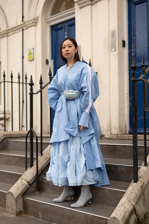 シャーベットブルーでまとめたスタイルは爽やかな印象。ボリューム感あるスカートとテールカットのアウターをレイヤードによって作り出されたユニークなシルエットがモードに昇華。足元はコンパクトにしてバランスをキープ。