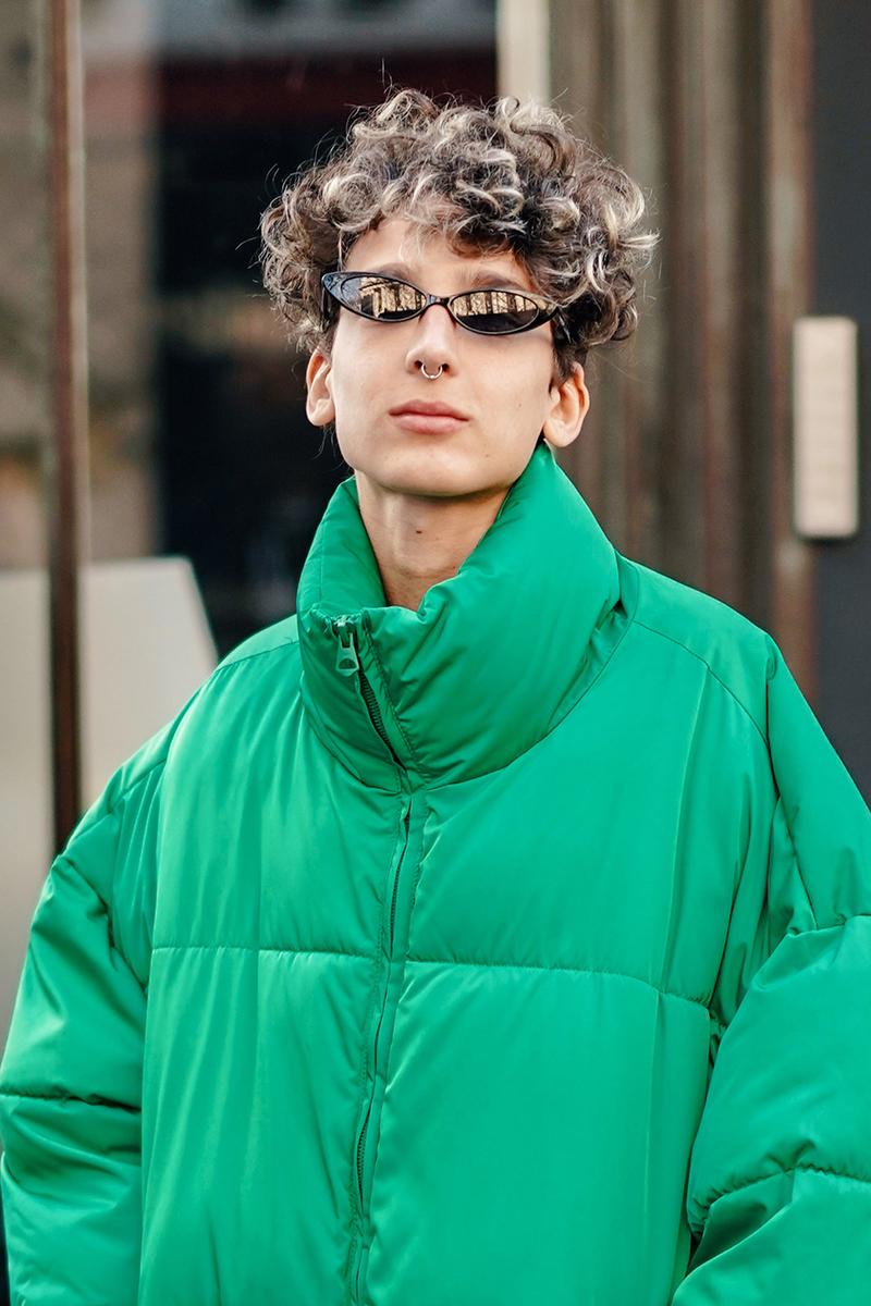 カマキリの目元のようなユニークなサングラスは存在感あり。プレーンなコーディネイトのアクセントとして取り入れるとほど良いスパイス感を与えてくれるから、オリジナリティあるスタイルにアップデートできる。