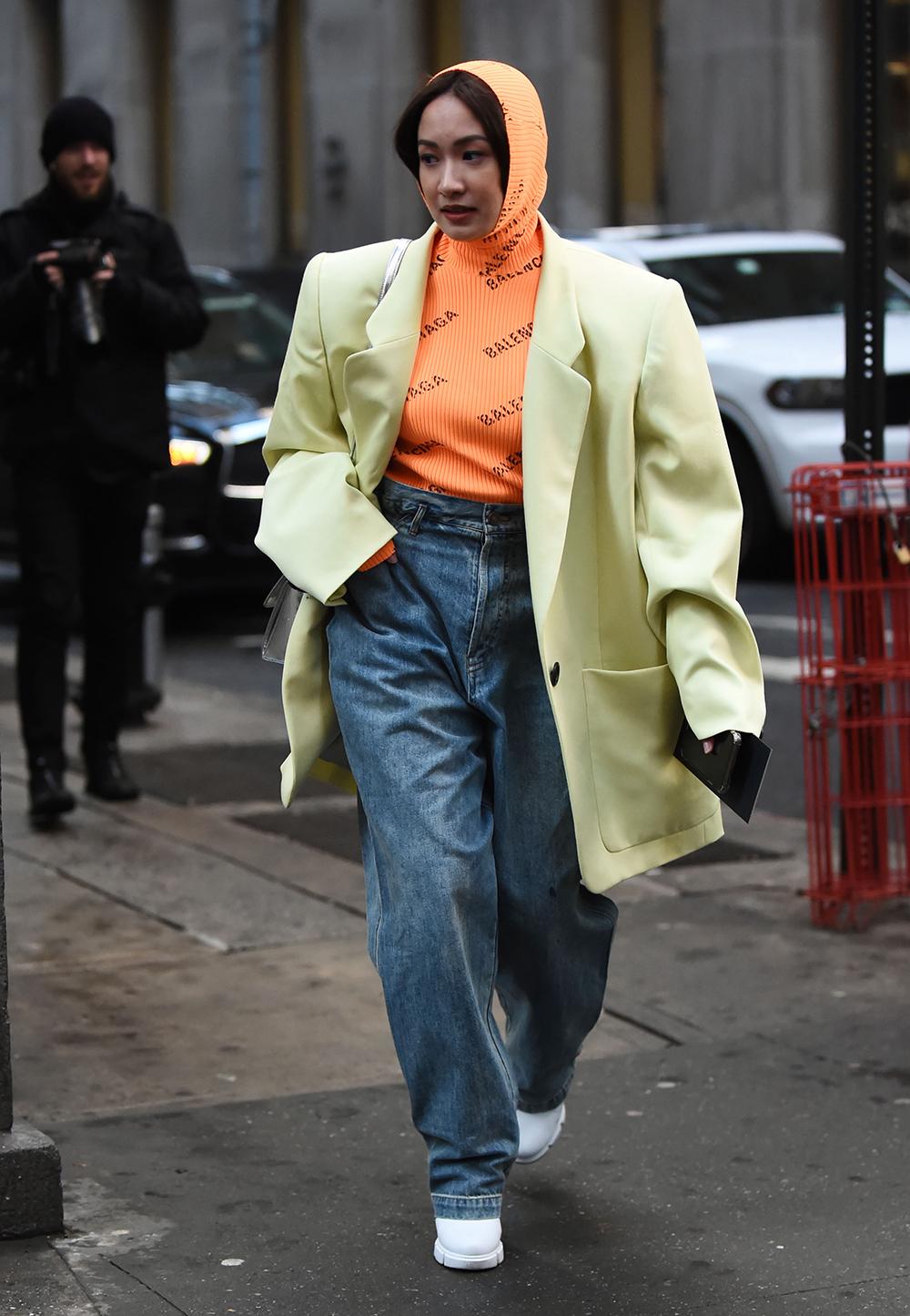 ビッグシルエットのジャケットはストリートスタイルにも合わせやすい。フーディトップスとワイドシルエットのシンプルなスタイルに遊び心を加えてくれるから自分らしいコーディネイトが完成する。