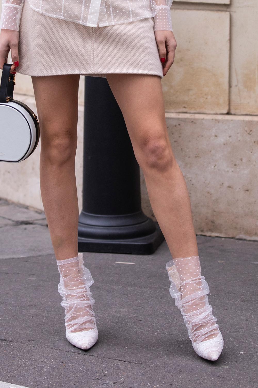 ホワイトカラーのパンプスの上から履いているようなオーガンジーのソックスとの合わせが可愛い。フェミニンにも、ガーリーにも演出できるから、カジュアルなスタイルのエッセンスとして取り入れても可愛い。