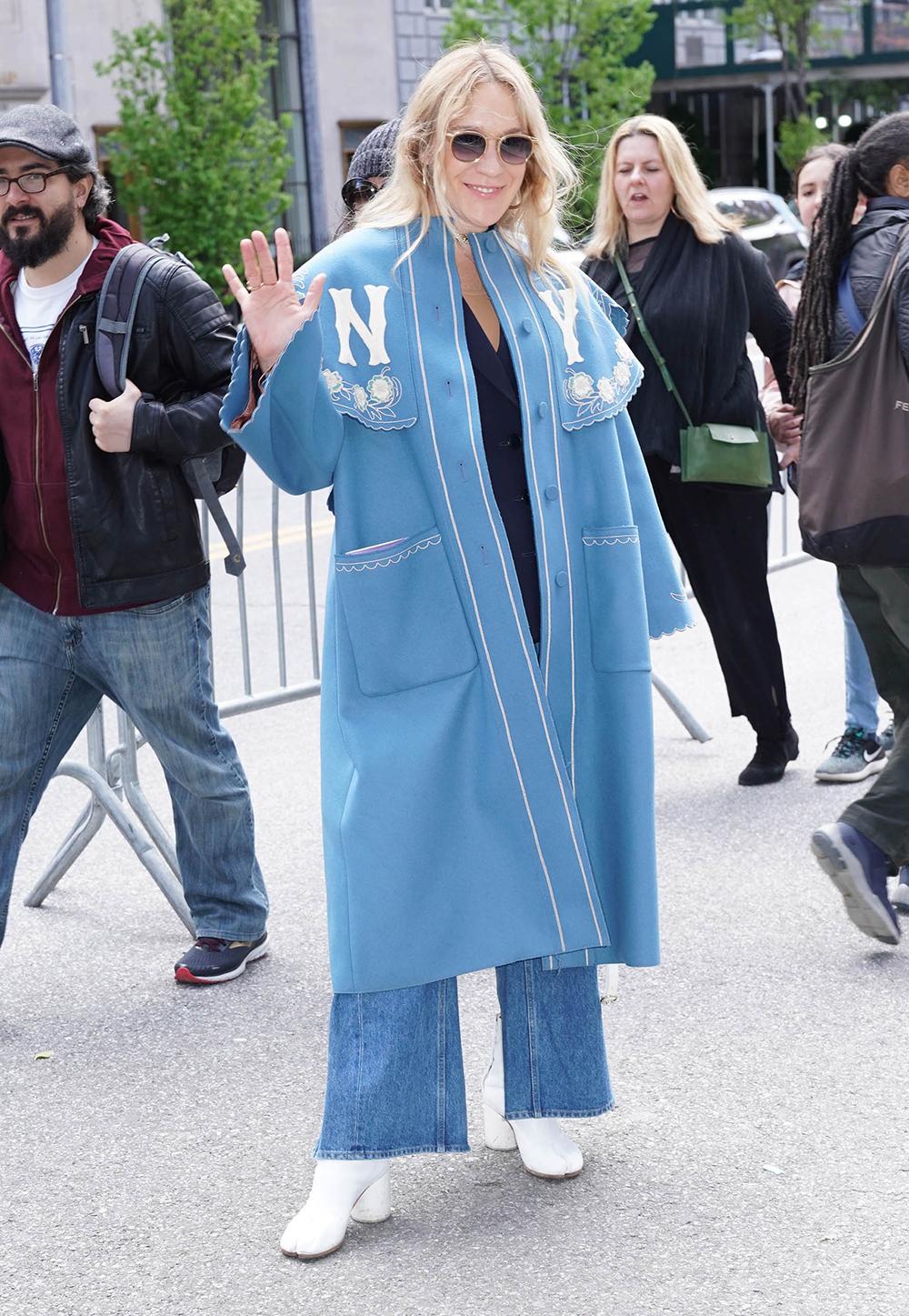 おしゃれセレブのクロエ・セヴェニーはワイドシルエットにノーカラーのコートをコーディネイト。どこかロマンティック雰囲気があるコートだから、デニムスタイルでもカジュアルになりすぎない。
