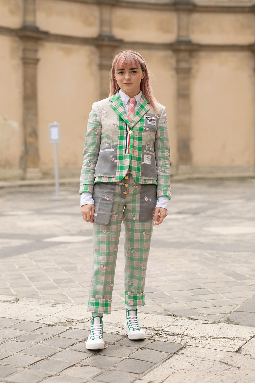 遊び心あるポケットのデザインと爽やかなグリーン×ピンクのチェック柄のスーツルックが可愛い。ピンクカラーのヘアスタイルやセイムカラーのスニーカーなど、トータル的に色を合わせたコーディネイトがナイス。