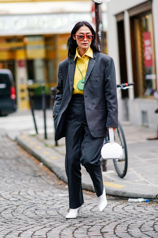 オーバーサイズのジャケットとテーパードラインのパンツでシルエットにメリハリをつけたスーツスタイル。イエローカラーのシャツやカラーフレームサングラスなど、カラーアイテムを味方につけて。