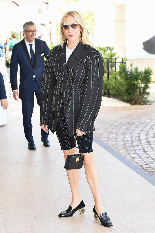 クロエ・セヴェニーは誰ともかぶらないショートパンツのスーツスタイル。ユニークなジャケットが活きたメリハリあるシルエットで魅せつつ、小物はクラシカルなデザインをチョイスして引き締めて。