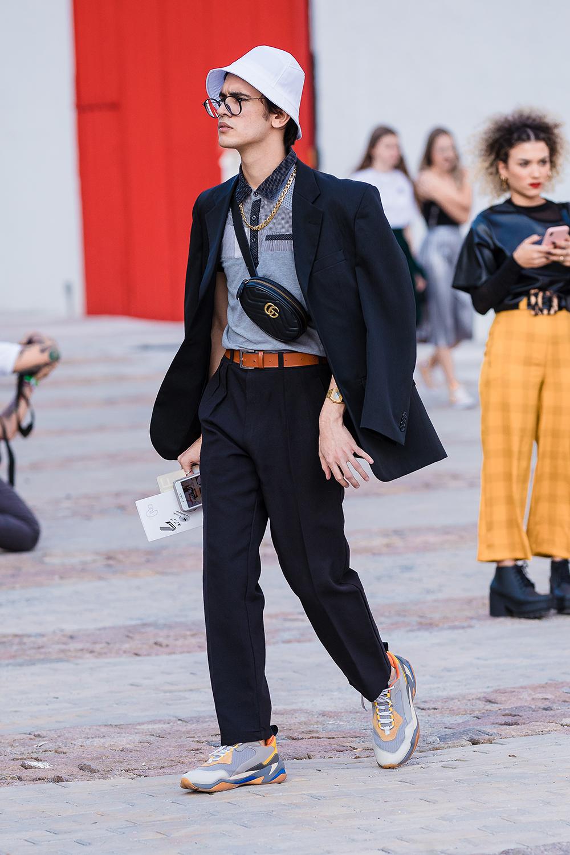 プレーンなデザインのスーツとポロシャツとのコーディネイトが新鮮! ウエアがシンプルな分、トレンド感ある小物使いで自分らしさを表現。ハット×メガネの組み合わせはナードな雰囲気でおしゃれ。