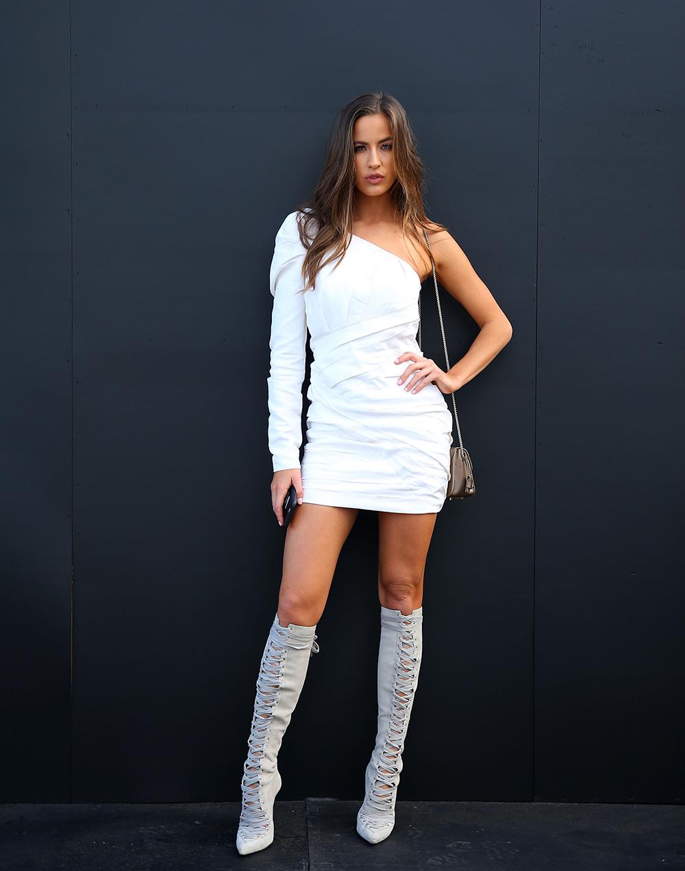 ボディコンシャスなワンピースはワンショルダーデザインが気分。メリハリラインが作れる計算された美シルエットは女性らしくてGOOD。オールホワイトコーデで夏らしい爽やかさを演出して。