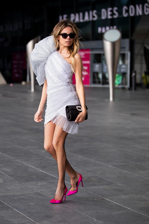 リボンで包んでいるようなドレススタイルが可愛い。ボリューム感あるショルダーデザインとのコントラストでワンショルダーのドレスもエレガントさをキープできる。コーディネイトのアクセントになるカラーシューズも◎。