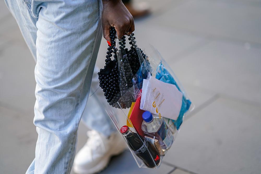 ミニマルなクリアバッグ×ブラックビーズのミニバッグのW持ちがおしゃれ! ベーシックなクリアバッグならどんなスタイルにも合わせやすいからコーディネイトの幅が広がってより楽しめそう♡