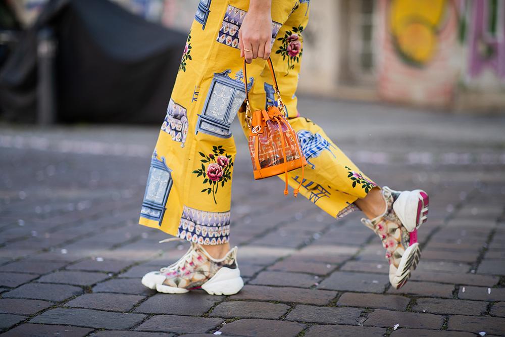 今シーズンのトレンドでもある巾着タイプのバッグはクリア素材で季節感をアップ! アクティブなオレンジカラーは存在感ありだから柄アイテムとの相性もばっちり。ポップなスタイルにまとめて。