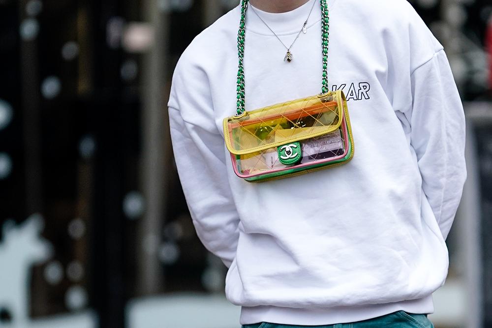 パーツごとに色が異なるカラフルなクリアバッグはコーディネイトのアクセント小物として活躍。ネックレスのように首から下げるスタイルはトレンド感あるからスタイルをキャッチィに彩ってくれる。