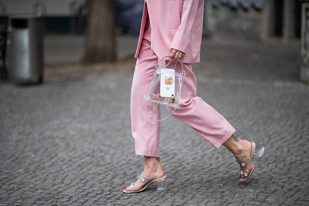 くすみ系のピンクスタイルにはメタリックのパーツ使いがシャープな印象を与えてくれるクリアバッグをインしてモード指数を高めて。サンダルもクリアヒールでリンクさせたコーディネイトがクール。