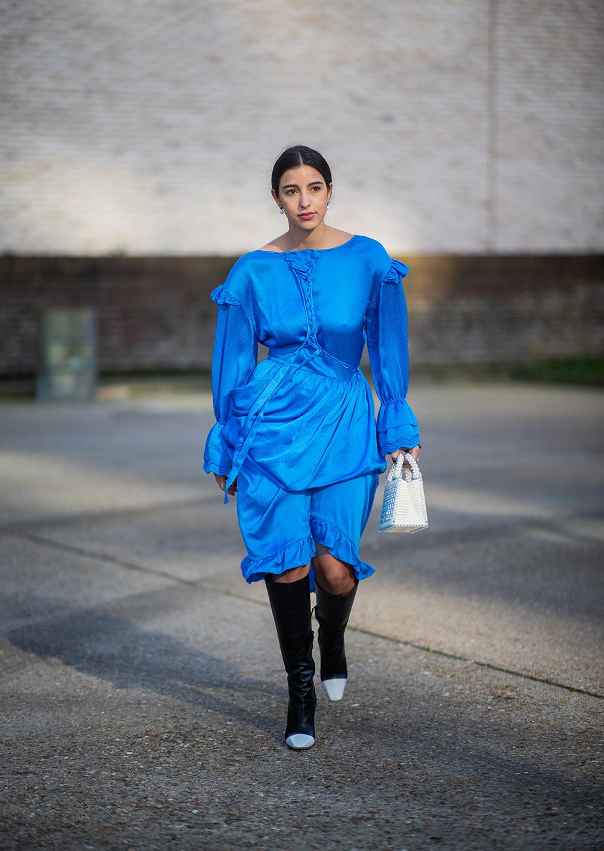 ターコイズブルーで爽やかなドレスは変形シルエットでモードに味付け。どこかヴィンテージライクな雰囲気が漂う。2トーンのロングブーツでスパイスをトッピングしてテイストミックスに。