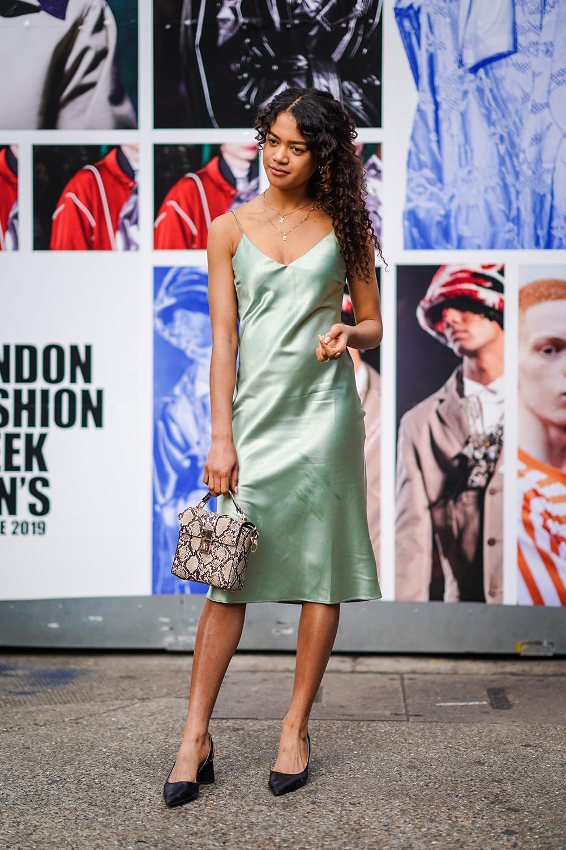 シンプルなスリップドレスはミントカラーでトレンドを意識。シンプルにコーディネイトに仕上げつつも、パイソン柄のハンドバッグで遊び心を加えて。さり気ないアクセ使いが洗練さを生む。