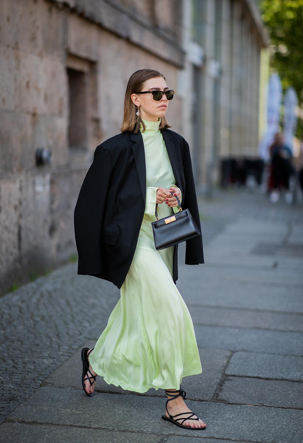 歩くたびに揺れる軽やかさとレモンイエローのカラーリングが相まってイノセントな印象。ビッグサイズのジャケットを合わせることで個性的な装いに。ブラックで統一した小物使いもモードさを引き出す。
