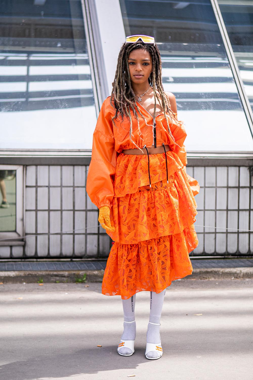 ボリューム感あるフリルスカートに、スポーティなライトアウターをトップスのようにスタイリングしたスタイルは、そのミックス感が新鮮さを生む。ホワイトカラーにまとめた足もとが程よくスポーティさをプラス。