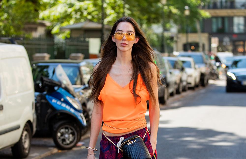 メタリックフレーム×カラーレンズのサングラスはこの夏マスト。フレームが細いタイプならさり気ないからデイリースタイルにも取り入れやすい。ヘアスタイルはキメすぎずナチュラルに仕上げて。