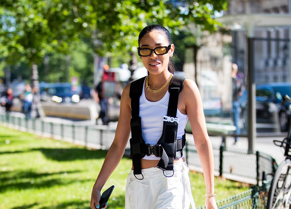 太めのブラックフレームにイエローレンズのデザインは、伊達メガネ感覚で取り入れやすいのがGOOD。サングラスに存在感があるから、ヘアスタイルはタイトに、耳飾りも控えめにするのがベター。