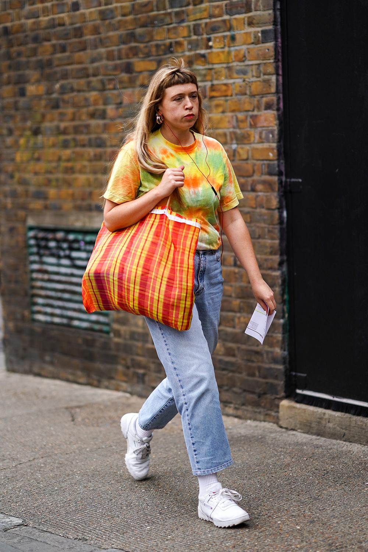 ビタミンカラーのタイダイ柄は存在感抜群。履き慣れたデニムでも今っぽくアップグレードしてくれる。同系色のビッグバッグとのコーディネイトもよりオリジナリティが高まっておしゃれ♪