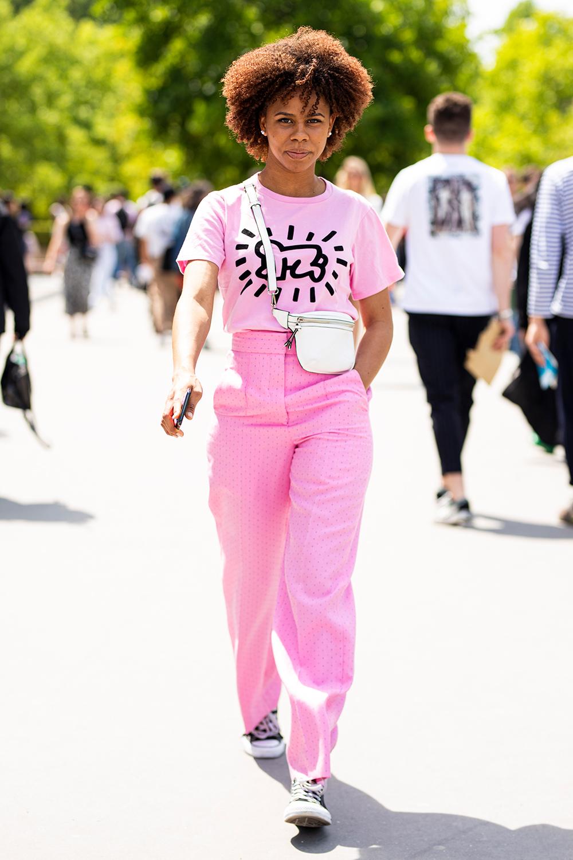 キャッチーなイラストが目を引くTシャツはピンクカラーでキュートな雰囲気だからジャストサイズでカジュアルさをキープ。オールピンクの中で効果的に効かせたモノトーン使いが洗練さを作る。
