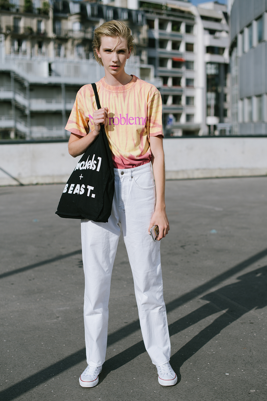 ペールトーンのTシャツはトレンド感あってキャッチーなコーディネイトが楽しめる。ウエストインして高バランスをキープしつつ、その他のアイテムをモノトーンでまとめて、Tシャツを引き立たせて。