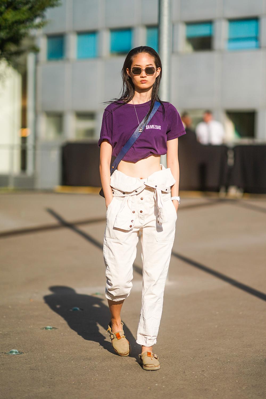 ワーク感あるカジュアルなコーディネイトはショート丈のTシャツでヘルシーに肌見せして、フェミニンさを加えて。深みのあるパープルカラーはさり気なくモードなエッセンスを演出してくれる。