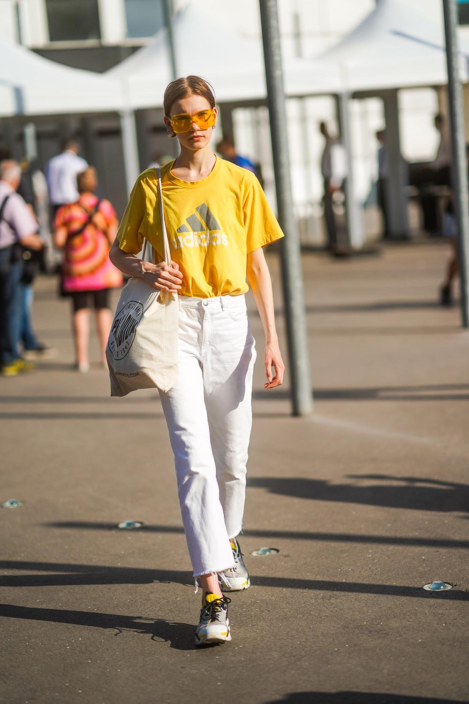 スポーティなTシャツはイエローカラーをチョイスしてアクティヴさを楽しんで。切りっぱなしのホワイトデニムと合わせることでカラーコントラストが強まり、シンプルだけどこだわりを感じるスタイルが完成する。
