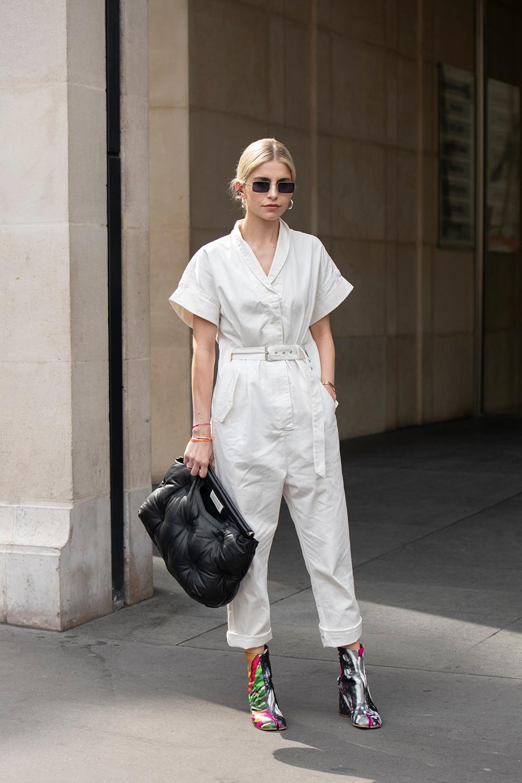 ジャンプスーツは正統派に着こなしたい人は、張り感あるタイプをチョイスして。シンプルだからこそ、小物は主役級の存在感があるユニークなデザインをイン。コンパクトにまとめたヘアスタイルも素敵。
